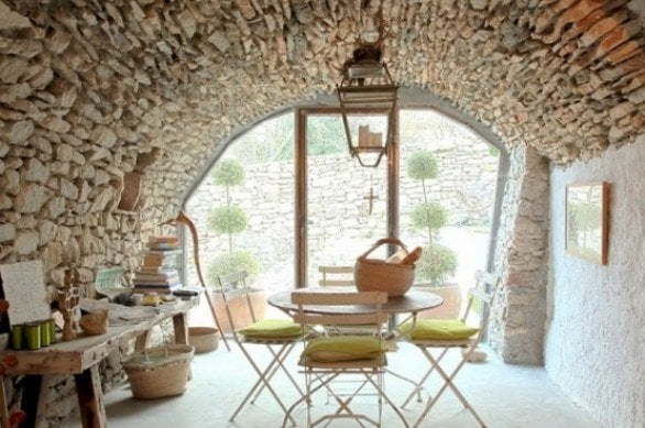 Italian farmhouse decor goes minimalist the new rustic for Italian country home plans