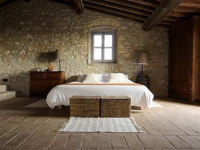 Italian farmhouse decor goes minimalist the new rustic for Minimalist country decor