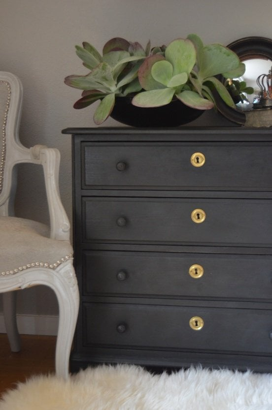 Chalk paint vs milk paint what 39 s the difference for Dark grey furniture paint