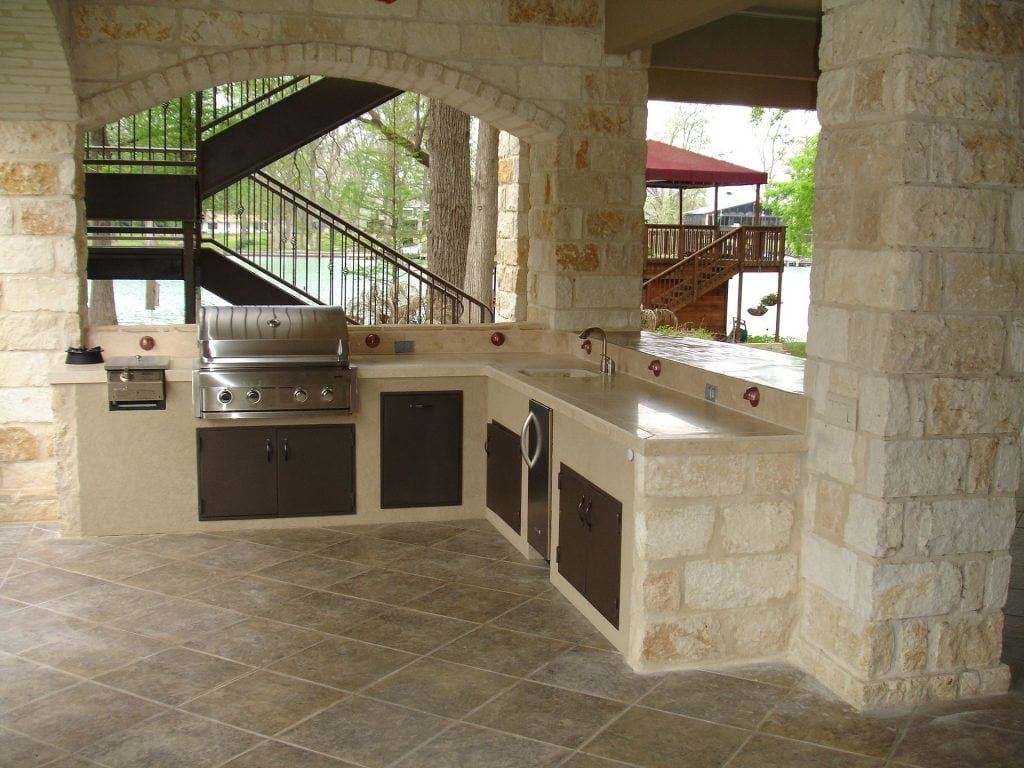 A Flagstone Patio That's Also an Outdoor Kitchen