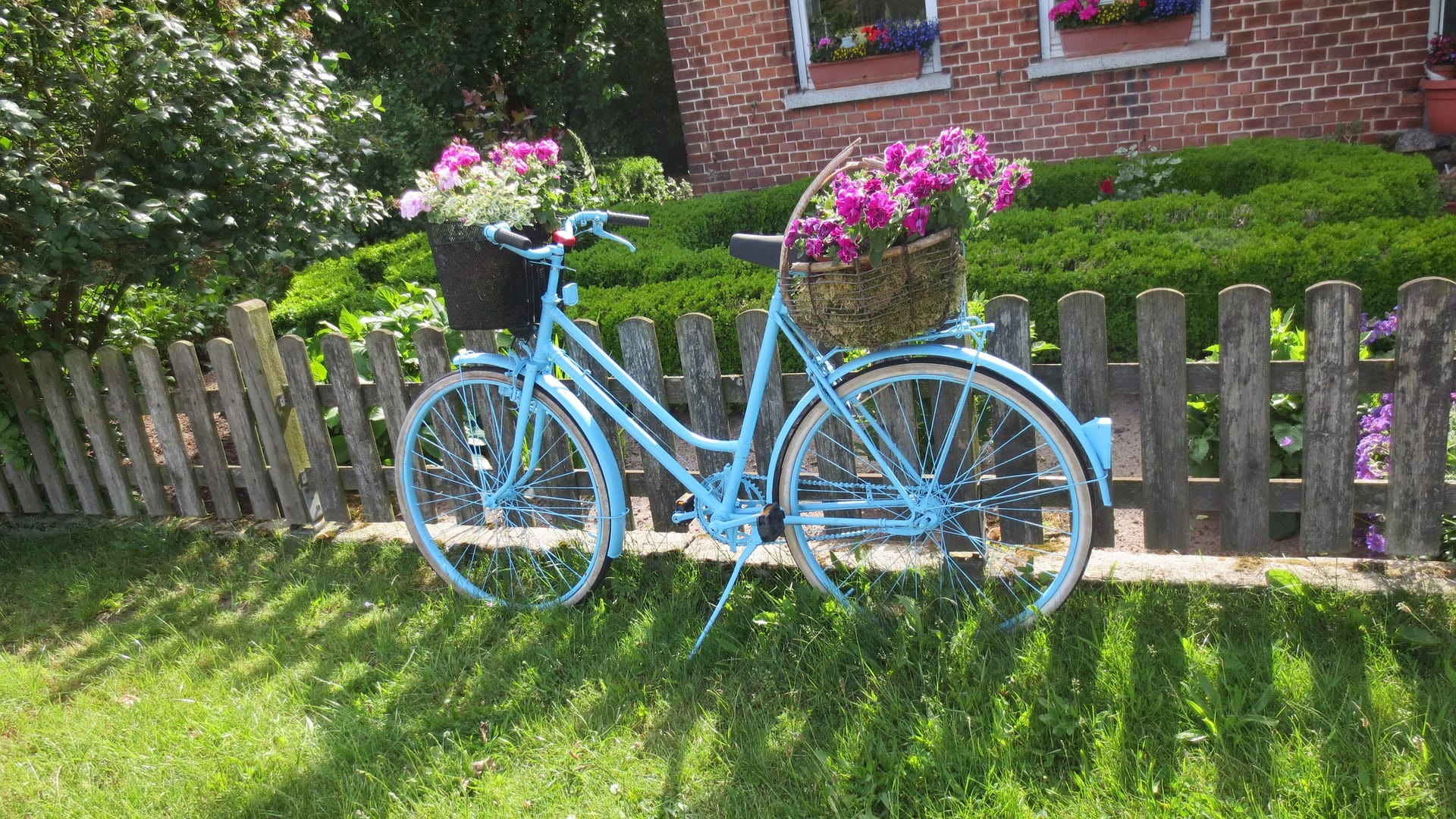 <strong>Make Your Own Cute Bicycle Planter</strong>