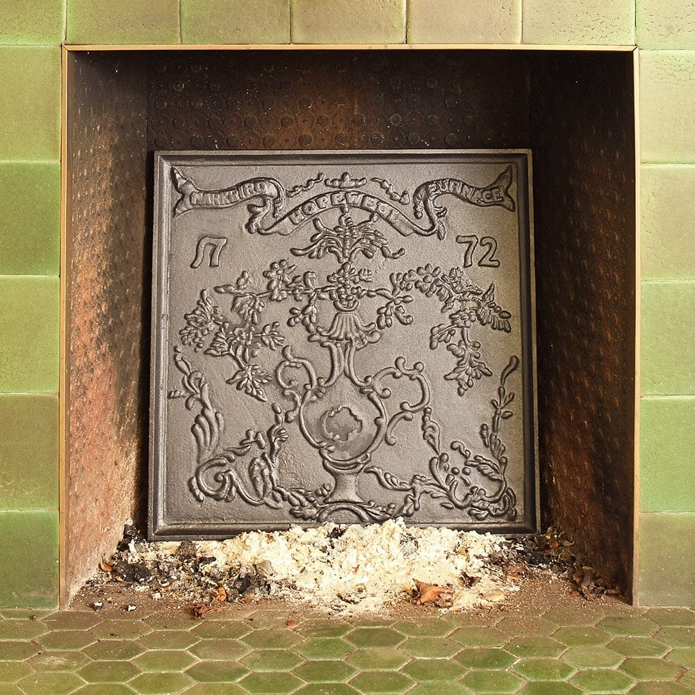 <strong>Upgrade an Existing Fireplace with a Gorgeous Metal Back</strong>