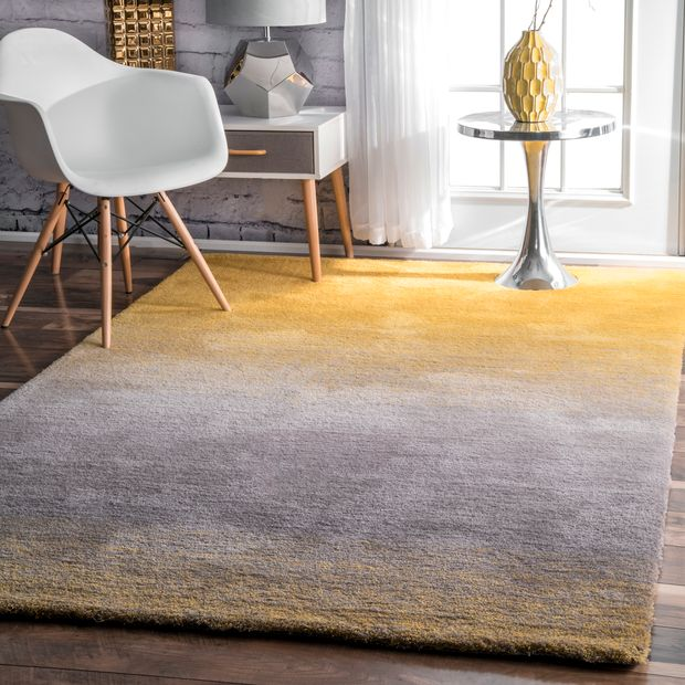 <strong>Place an Ombre Rug to Enlarge the Room</strong>